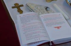 Vorbereiten für Taufe in der orthodoxen Kirche Stockfotos