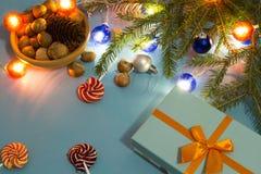 Vorbereiten für Weihnachten mit Geschenken und Tannenzweigen Stockfotos