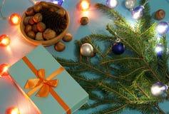 Vorbereiten für Weihnachten mit Geschenken und Tannenzweigen Lizenzfreies Stockfoto
