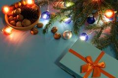 Vorbereiten für Weihnachten mit Geschenken und Tannenzweigen mit Kopienraum Stockfotos