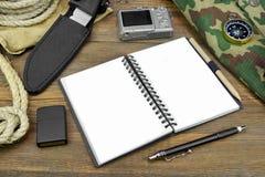 Vorbereiten für Reise Öffnen Sie Notizbuch, Kamera, Seil, Kompass, Stift, Stockfoto