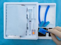 Vorbereiten, Haut vor spinaler Anästhesie zu säubern lizenzfreie stockbilder