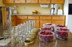 Vorbereiten, Himbeere-Marmelade zu bilden Stockbilder