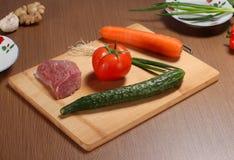Vorbereiten von Bestandteilen hackendes Brett des Lebensmittels für das Kochen lizenzfreie stockfotos