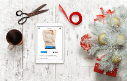 Vorbereiten von Geschenken für Weihnachten und das neue Jahr Einkaufsgeschenke online unter Verwendung der Tablette Lizenzfreies Stockbild
