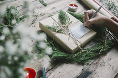 Vorbereiten von Geschenken für Weihnachten und newyear Stockbild