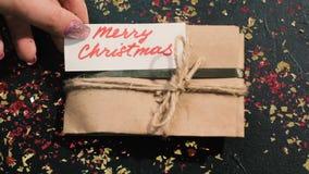 Vorbereiten von Geschenken und von Glückwunsch stock footage