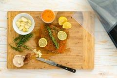 Vorbereiten von Lachsen für sous vide Abendessen lizenzfreies stockfoto