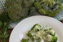 Vorbereiten von Mahlzeiten mit Brokkoli Lizenzfreie Stockbilder