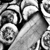 Vorbereiten von Moussaka aubergine Künstlerischer Blick in Schwarzweiss Lizenzfreie Stockbilder