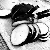 Vorbereiten von Moussaka aubergine Künstlerischer Blick in Schwarzweiss Lizenzfreie Stockfotografie