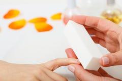 Vorbereiten von Nägeln vor Maniküre, Kosmetikerdateinägel lizenzfreie stockfotos