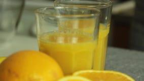 Vorbereiten von orange joice f?r Schokoladencreme mit orange Gelee stock video
