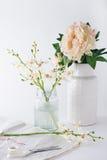 Vorbereiten von Orchideenschnittblumen in den Vasen für Inneneinrichtung Stockfotos