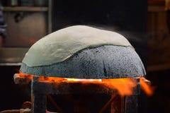 Vorbereiten von tandoori rumali roti auf tawa mit Flamme stockbilder