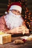 Vorbereiten von Weihnachtsgeschenken stockfotografie