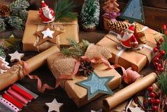 Vorbereiten von Weihnachtsgeschenken in der rustikalen Art Lizenzfreie Stockfotografie