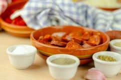 Vorbereitete frische Bestandteile für das Kochen des Gulasches mit Chorizo saus stockbild