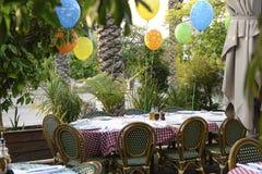Vorbereitete Geburtstagstabelle am italienischen Restaurant lizenzfreie stockbilder