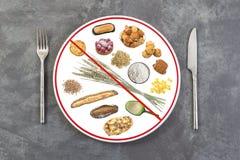 Vorbereitete Lebensmittelplatte für die Leute allergisch zum Gluten auf grauem Schieferhintergrund, rote Linie durch Platte, Verb stockfoto