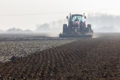 Vorbereiteter Boden f?r das Fr?hlingspflanzen stockfoto