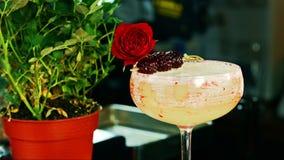 Vorbereitetes Cocktail auf der Bar nahe bei den Blumen Stockbild