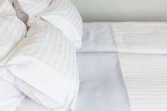 Vorbereitetes frisches Bett, Szene im Hotelzimmer Stockbilder