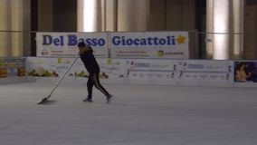 Vorbereitung der Eislaufeisbahn in Benevento stock footage