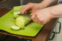 Vorbereitung der gebratenen Zucchini Stockbild