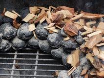 Vorbereitung des BBQ mit der kochenden und riechenden Technik Lizenzfreies Stockbild