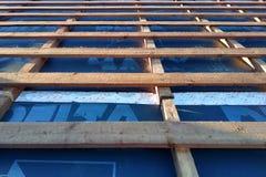 Vorbereitung des Dachdachs vor Installation von den Blättern von Metallfliesen mit Isolierung, imprägniernd mithilfe des Filmes,  stockfotografie