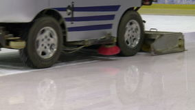 Vorbereitung des Eishockeykomplexes, die Maschine bereitet das Eis vor stock video footage
