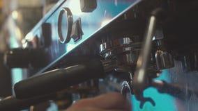 Vorbereitung des Espressos Übergibt barista Barista Prepares Coffee stock video