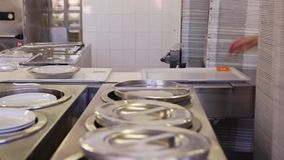 Vorbereitung des Lebensmittels im Krankenhaus stock footage