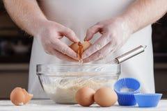 Vorbereitung des Lebensmittels von den Eiern Stockfotografie