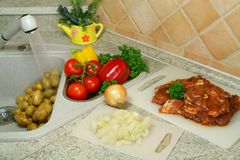 Vorbereitung des Mittagessens in der Küche Lizenzfreie Stockbilder