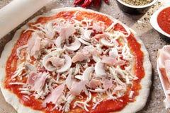 Vorbereitung des Pizza margheritawhit Mozzarellas stockbild