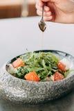 Vorbereitung des Salats lizenzfreies stockfoto