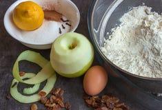 Vorbereitung des selbst gemachten Apfelkuchens Stockbild