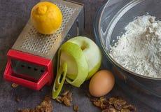 Vorbereitung des selbst gemachten Apfelkuchens Stockfotografie