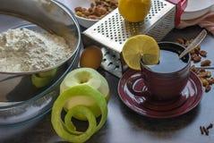 Vorbereitung des selbst gemachten Apfelkuchens Lizenzfreie Stockbilder