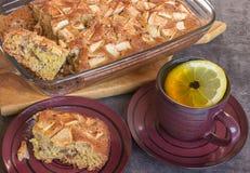 Vorbereitung des selbst gemachten Apfelkuchens Tasse Tee mit Zitrone Stockfotos