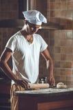 Vorbereitung des Teigs für Brot Stockfotos