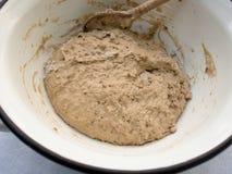 Vorbereitung des Teigs des selbst gemachten Brotes Lizenzfreies Stockbild