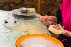 Vorbereitung des Usbeks tröpfelte Gebäck - manti Stockfoto