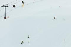 Vorbereitung eines Skifahrenslalomkurses Stockfotos