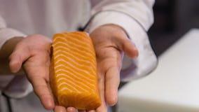 Vorbereitung für das Handeln von Sushi stock video
