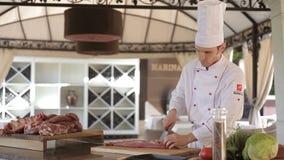 Vorbereitung für das Kochen Der Chef, der das Rindfleisch schnitzt stock video footage