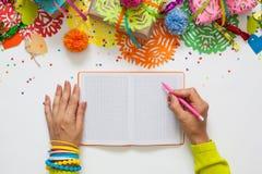 Vorbereitung für den Feiertag Geschenke eingewickelt im bunten Papier Lizenzfreies Stockbild