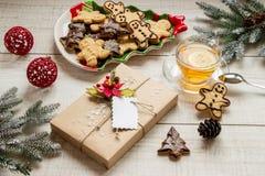 Vorbereitung für neues Jahr, Geschenk, Plätzchen und Tee Stockbild